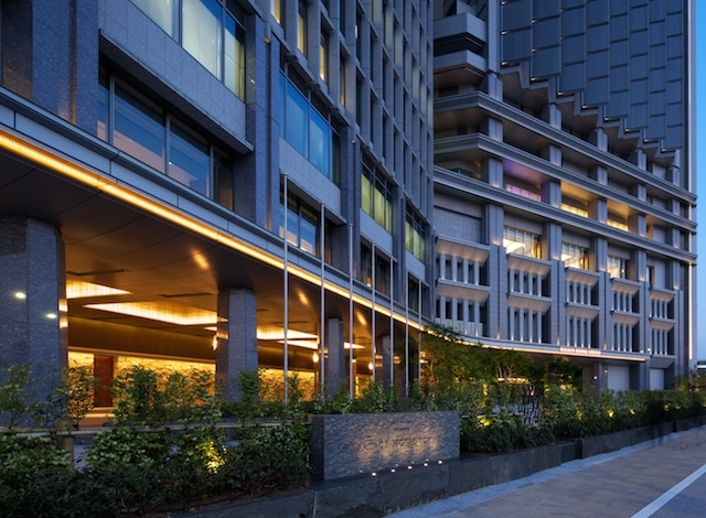 Palace Hotel Tokyo Driveway Exterior at Dusk Uchibori Dori H2